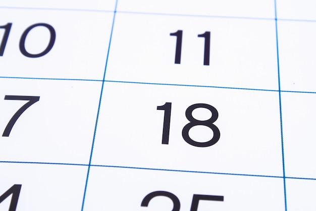 カレンダーページを閉じます。大きな数字。カレンダーページの背景。番号18 Premium写真