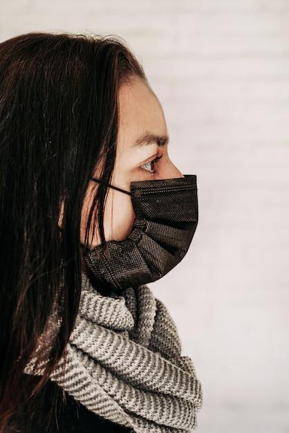 Молодая женщина плохо себя чувствует и больна. у девочки симптомы респираторной вирусной инфекции, лихорадка, кашель. концепция эпидемической пандемии коронавируса ковид-19. табуляция Premium Фотографии