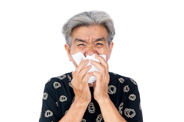 Старушка простужается, при кашле и чихании использует салфетку, прикрывая рот, 19 Premium Фотографии