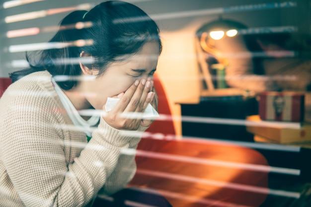 Азиатская женщина простужается, использует ткань, чтобы прикрывать рот, когда кашляет и чихает в домашних условиях, предотвращая распространение вируса 19, концепция здравоохранения. выборочный и мягкий фокус. Premium Фотографии