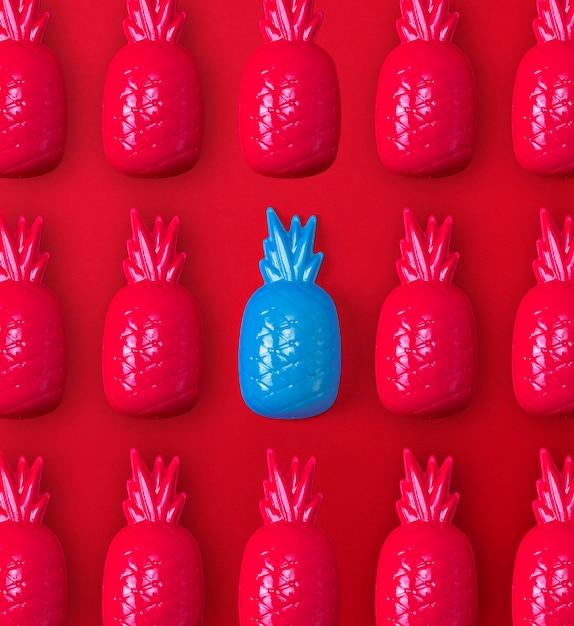 多くの赤と1つの青いプラスチックのおもちゃパイナップル Premium写真