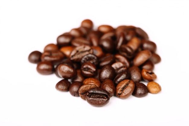 1つに焦点を当てたコーヒー豆のクローズアップ Premium写真