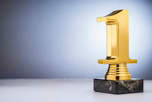 コピースペースで優勝1位ゴールドトロフィー Premium写真