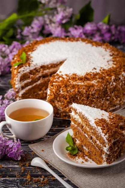 紅茶を1杯と蜂蜜ケーキ。 Premium写真
