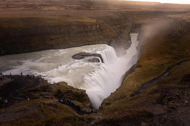 ガルフォスの滝、アイスランドで最も有名で最も強い滝の1つ。 Premium写真