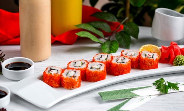 テーブルの上の赤キャビア添え新鮮な魚寿司1 無料写真