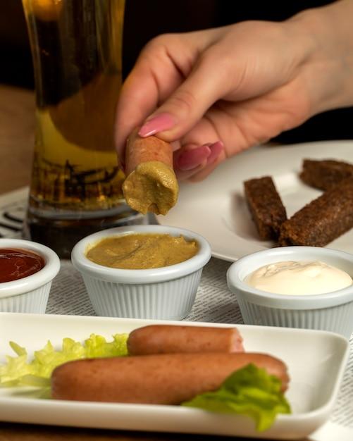 マスタードとビール1杯のソーセージ 無料写真