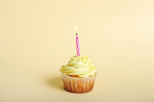 1歳の誕生日のキャンドルとカップケーキ 無料写真