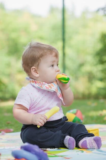 赤ちゃん、おもちゃのバナナで遊んで1歳未満 無料写真