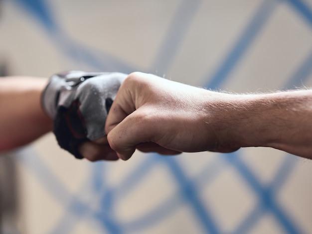拳バンプ詳細、ジムグローブ、やり場のない背景に1つ Premium写真