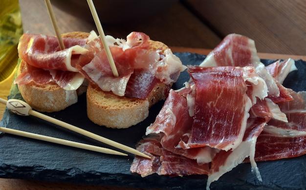ハムセラノの前菜にパンを焼き、ワイン1本を添えて Premium写真