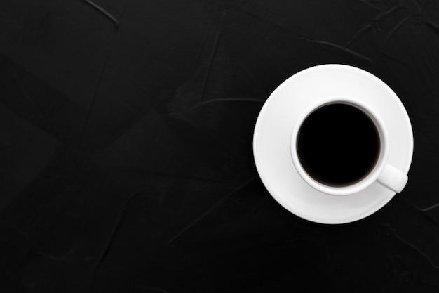 黒のテクスチャ背景にコーヒー1杯 無料写真