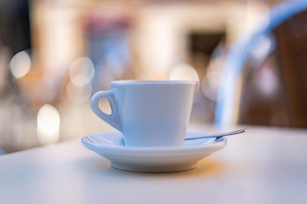 バーのテーブルの上にコーヒーを1杯 Premium写真