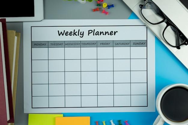カレンダーウィークリープラン1週間でビジネスや活動をすること。 Premium写真