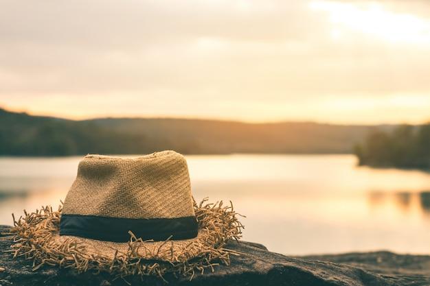 美しい自然の中で1つの帽子。 Premium写真