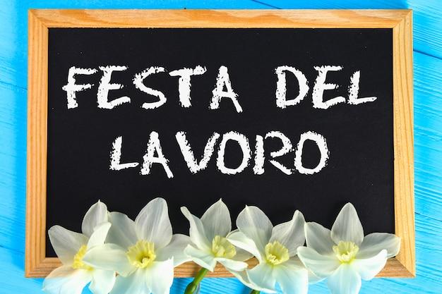 Доска с текстом на итальянском языке: день труда. день труда и весна, 1 мая. Premium Фотографии