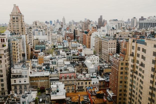 1日の高層ビルの窓からのニューヨーク市の眺め 無料写真