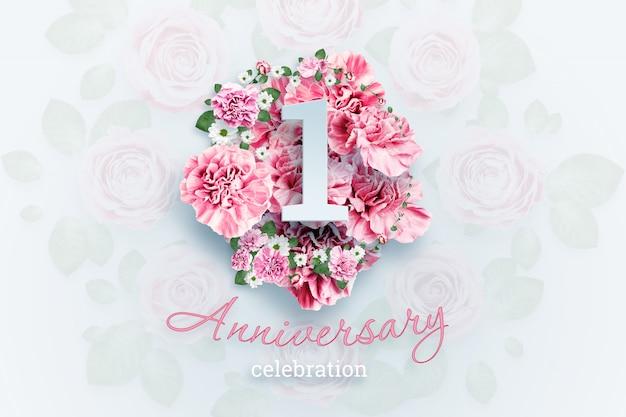 レタリング1番号とピンクの花の記念日のお祝いのテキスト Premium写真