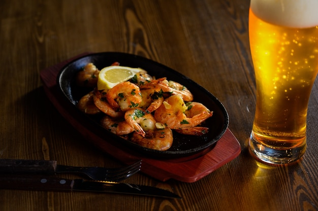 新鮮なロスマリンとレモンジュースとビール1杯入り海老フライ Premium写真