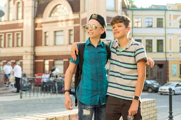 2人の10代の少年の友情とコミュニケーション Premium写真