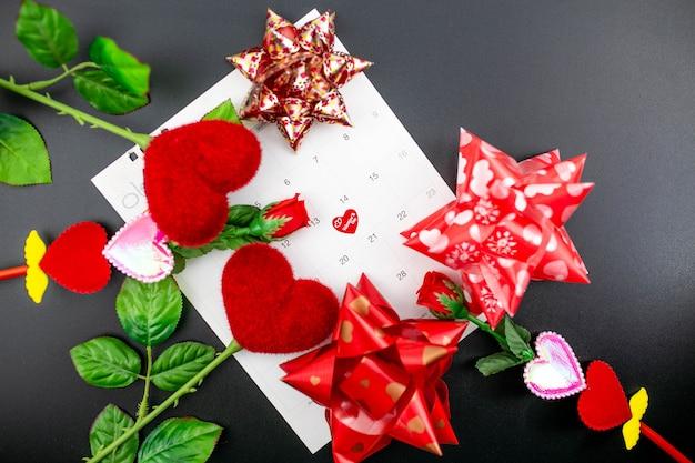 2月14日赤い装飾が施されたバレンタインのコンセプト。 Premium写真