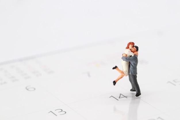 2月14日のカレンダーに立っているカップル Premium写真