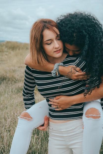 2つの幸せなレズビアン1つが他の上の上昇 Premium写真