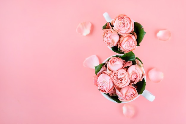 コピースペースのピンクの花とコーヒーを2杯と平面図。 3月8日の女性の日の背景。 Premium写真