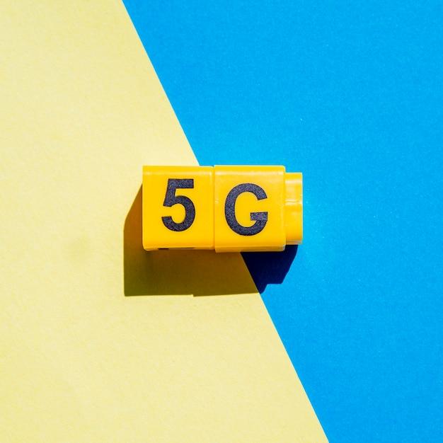 2色の背景に5gのスナップキューブ 無料写真