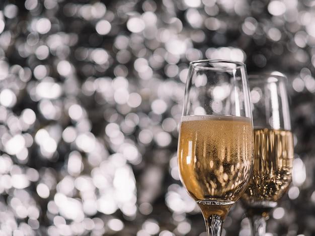 銀色の背景にシャンパンを2杯。クリスマスと新年のcopyspace Premium写真