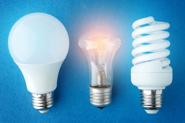 2つのledランプと青色の背景に白熱灯 Premium写真
