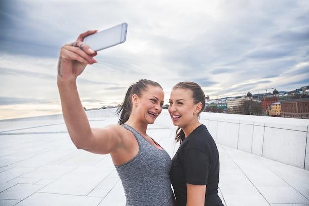 2人の女性がエクササイズ後にselfieを取って Premium写真
