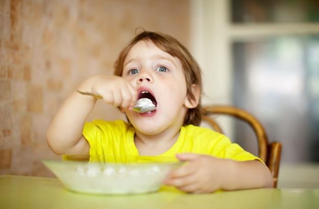 2 years child himself eats dairy Free Photo