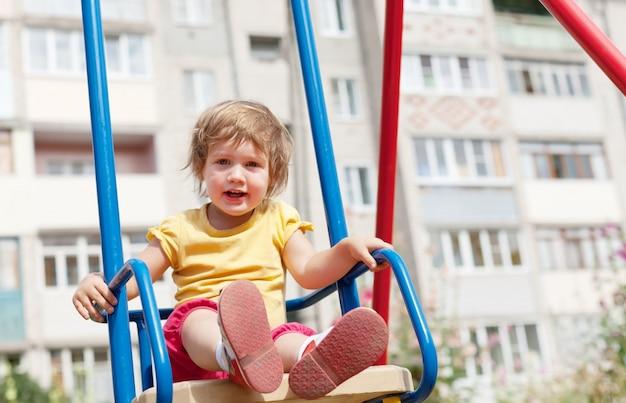 2-летний ребенок на качелях Бесплатные Фотографии