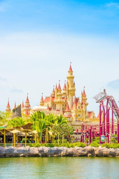 Сингапур - 20 июля: туристы и посетители тематического парка сфотографируют большой вращающийся земной фонтан перед universal studios 20 июля 2015 года на острове сентоса, сингапур Бесплатные Фотографии