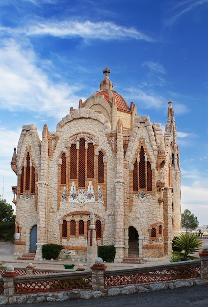 エルサンチュアリオデサンタマリアマグダレナ-2015年10月12日、アリカンテ(スペイン、バレンシア)のノベルダにある宗教的な建物であり、プロジェクトホセサラサラから建てられました Premium写真