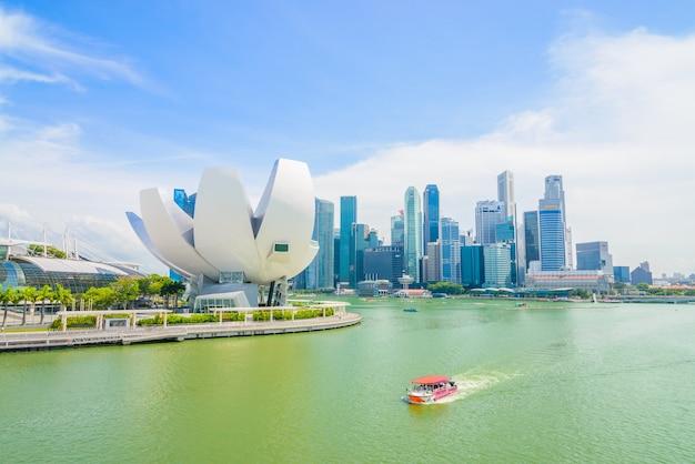 シンガポール -  2015年7月16日:マリーナベイの景色。マリーナベイはシンガポールで最も有名な観光スポットの一つです。 無料写真