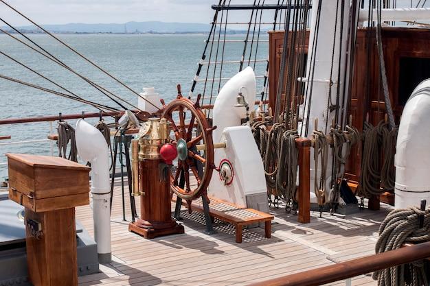 リスボン、ポルトガル:2016年7月22日 - トールシップレースは、帆を乗せた大きな雄大な船が訪問のために一般に提示される大きな航海イベントです。 Premium写真