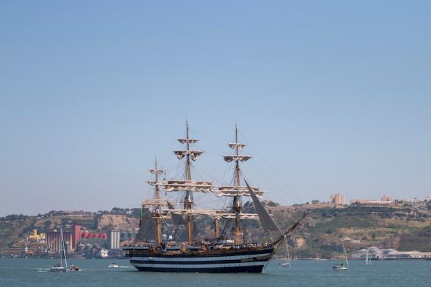 リスボン、ポルトガル:2016年7月25日 - トールシップレースは、帆を持つ大雄大な船が訪問のために一般に公開される大きな航海イベントです。 Premium写真