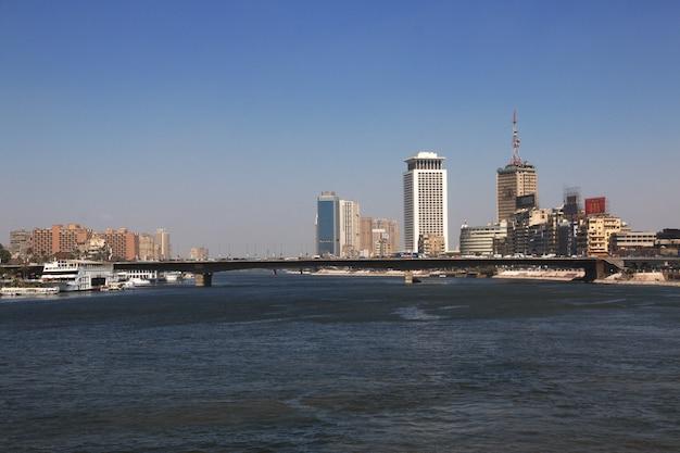 カイロ、エジプト-2017年3月5日。エジプト、ナイル川のカイロ中心部 Premium写真