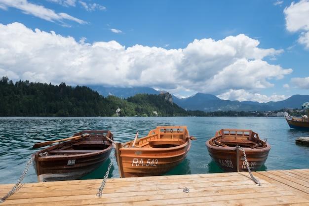 ブレッド湖スロベニア、2017年7月13日。ブレッド湖に停泊するボート。 Premium写真