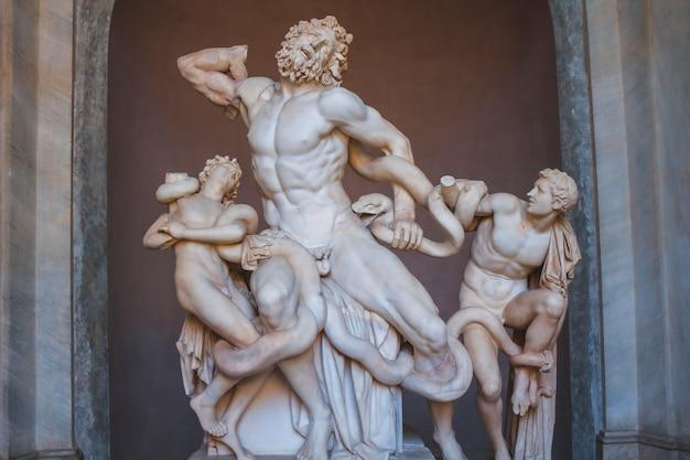 バチカン、ローマ/イタリア»; 2017年8月:バチカンの素晴らしい白い彫刻 Premium写真