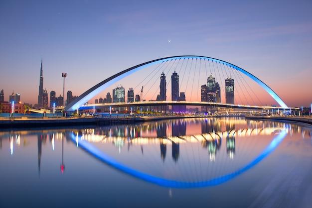 Дубайский водопровод при восходе солнца, дубай, объединенные арабские эмираты, ноябрь 2017 г. Premium Фотографии