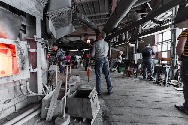 ミンスク、ベラルーシ -  2018年2月1日:工場で産業用機器を扱うガラス生産労働者 Premium写真