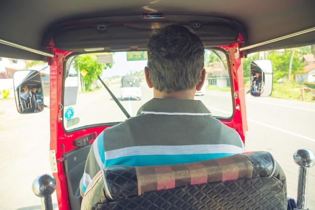 2018年3月4日。ヒッカドゥワ、スリランカ。コックピットのトゥクトゥク運転手 Premium写真