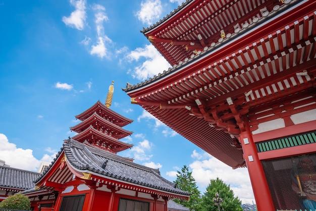浅草、東京、日本 -  2018年6月19日 - 浅草寺は日本の東京、浅草にある昼間の古代仏教寺院です。 Premium写真