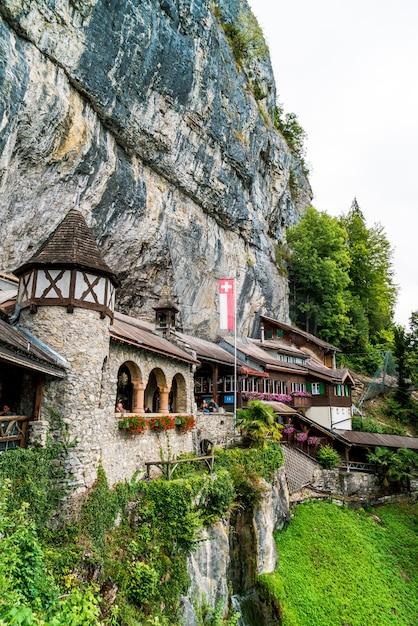 サンドゥラネン、スイス-2018年8月25日:スイス、ベルンのカントンの聖ビアトゥス洞窟への入り口の建物 Premium写真
