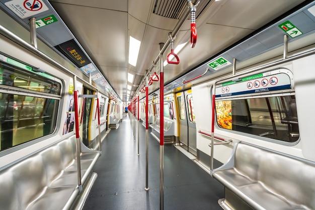 香港、中国 -  2018年9月14日:mtrの地下鉄の駅は香港市です。 無料写真