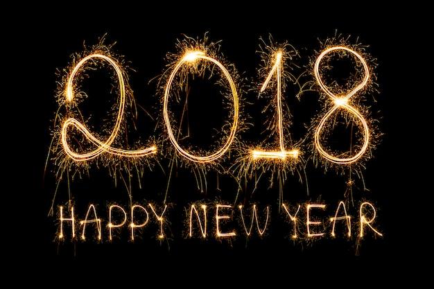 スパークルの花火で書かれた2018、幸せな新年 無料写真