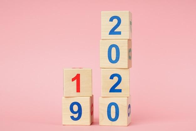 木製キューブカレンダーで2019年から2020年までの日付。新年のコンセプト Premium写真